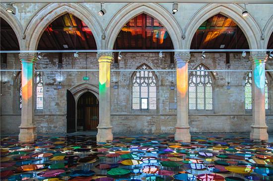 你能想象神圣的教堂铺得五颜六色吗?